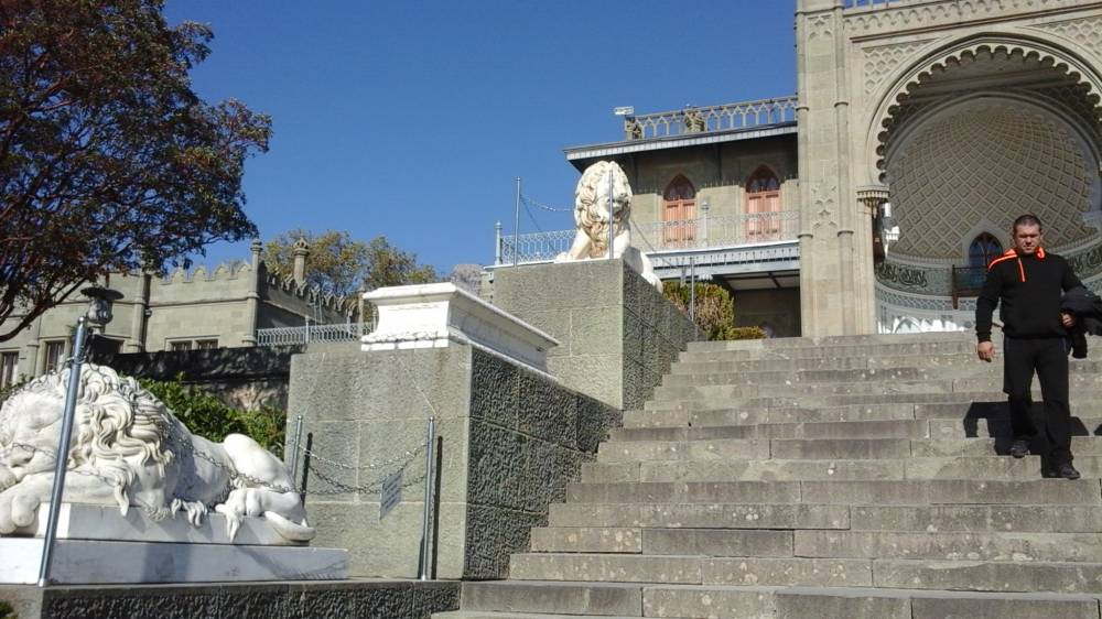 лестницу охраняют шесть львов vorontsovskogo dvortsa v alupke