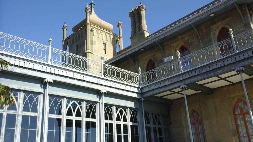 застекленными галереями и балконами vorontsovskogo dvortsa v alupke