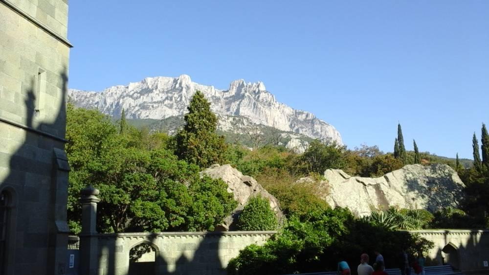 на южном берегу Крыма в Алупке, рядом возвышается знаменитая гора Ай Петри