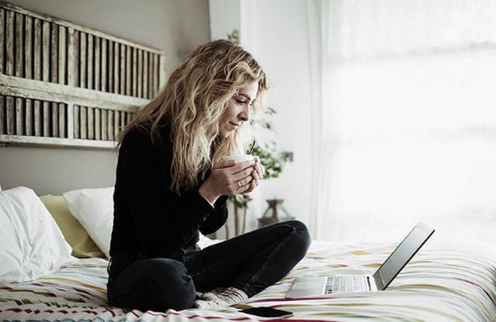девушка в постели с ноутбуком