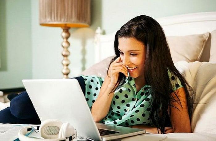 девушка пишет и улыбается