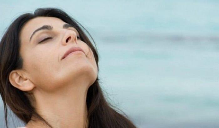 женщина глубоко дышит