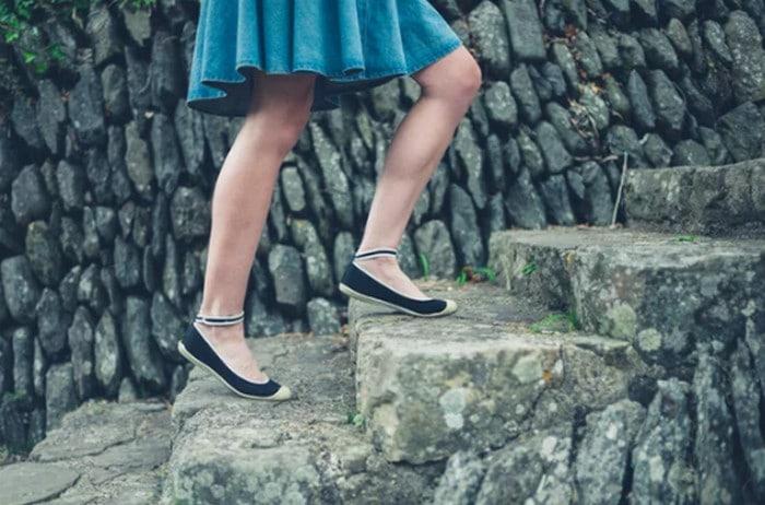 поднимается по лестнице