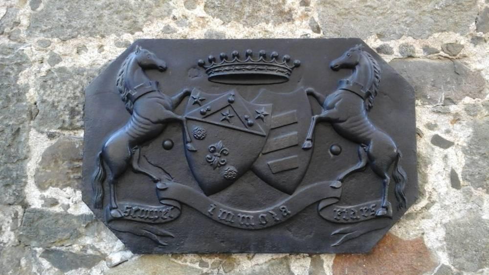 табличка с гербом и девизом графского рода «Semper Immota Fides» vorontsovskogo dvortsa v alupke
