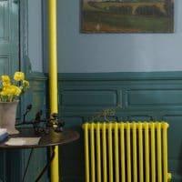 Желтая батарея в интерьере гостиной