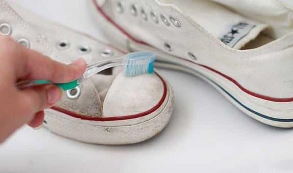 Чем и как стирать белые кеды