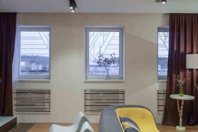 Реечные экраны на батареях отопления в гостиной частного дома