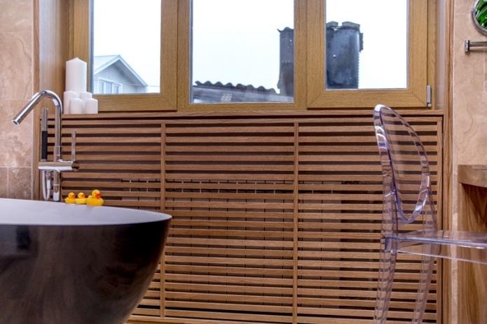 Деревянный экран радиатора отопления в ванной частного дома
