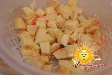 Салат с курицей, орехами и яблоком