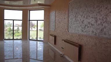 Жидкие обои теплого оттенка для просторной гостиной с большими окнами