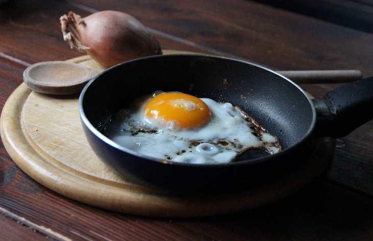Как очистить сковородку от пригоревшего жира и нагара