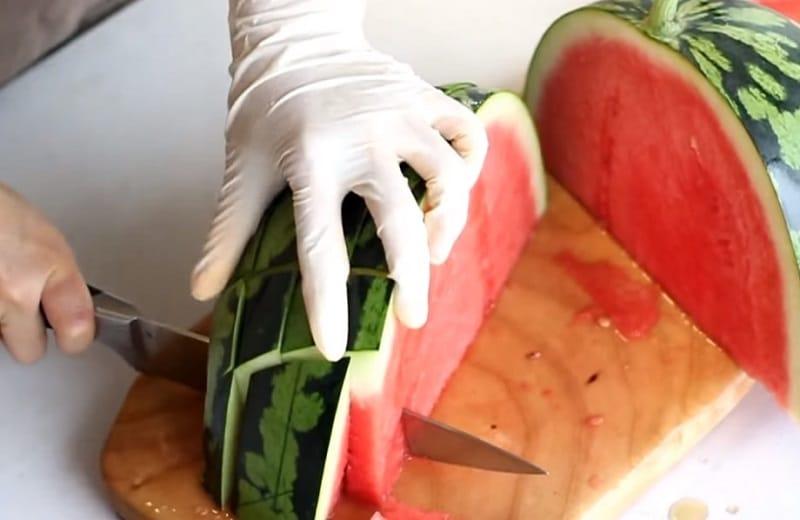способы нарезки арбуза видео