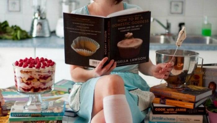 девушка с поваренной книгой в руках
