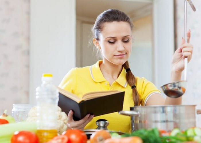 девушка готовит по книге