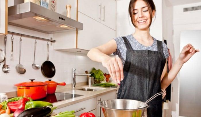 девушка готовит еду