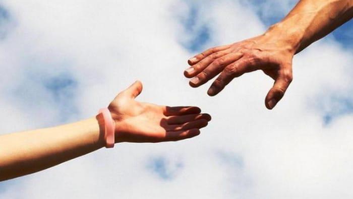 протягивает руку