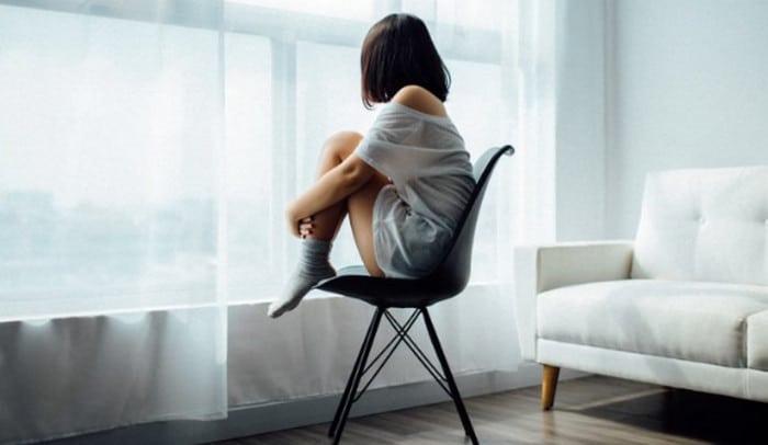 девушка одна в квартире