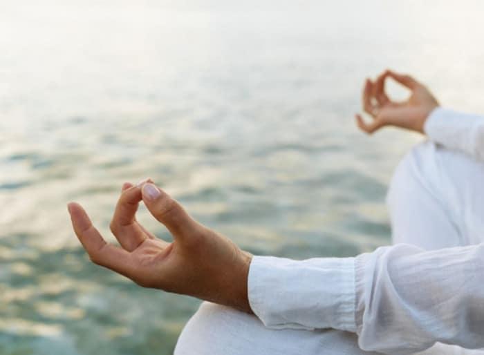 человек медитирует