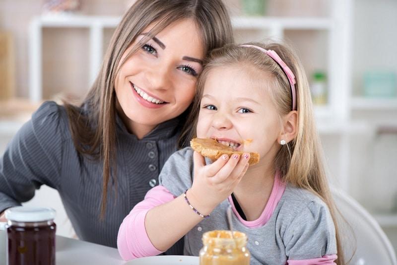 ребенок ест без меры