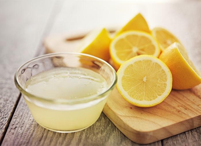 Чистка холодильника лимонным соком.