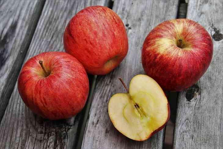 Ученые выяснили, что большинство людей неправильно едят яблоки