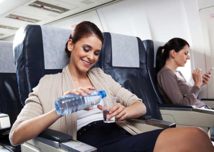 пьет воду в самолете