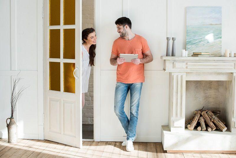 молодая пара в квартире