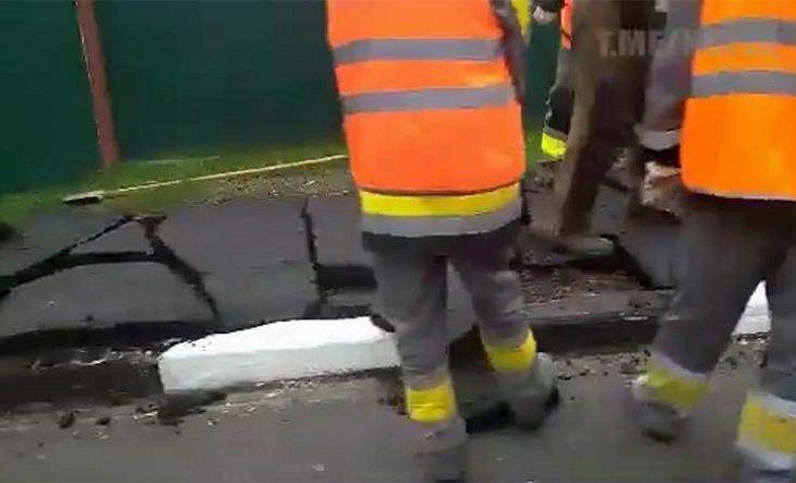 В Костюковичах снимают асфальт, положенный вчера к приезду Лукашенко