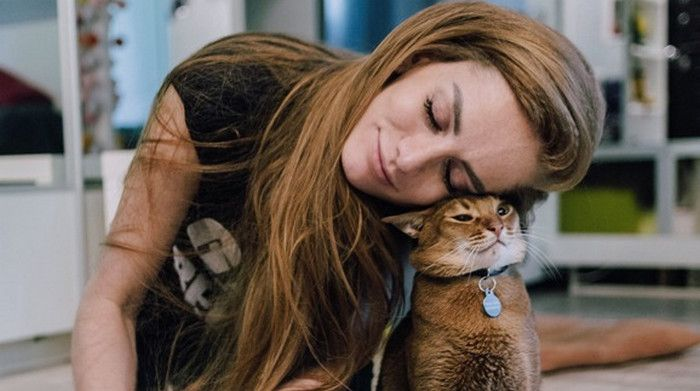 девушка обнимает кошку
