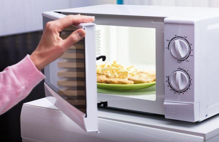 Кухонные лайфхаки: как быстро вымыть микроволновку