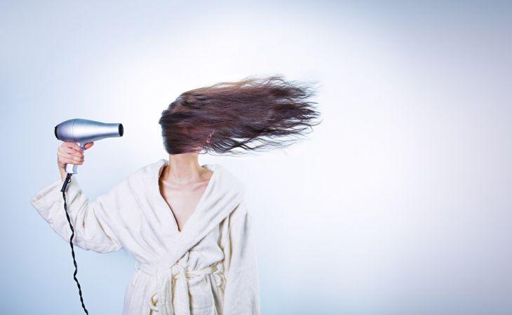 Как сушить волосы феном: 5 полезных советов