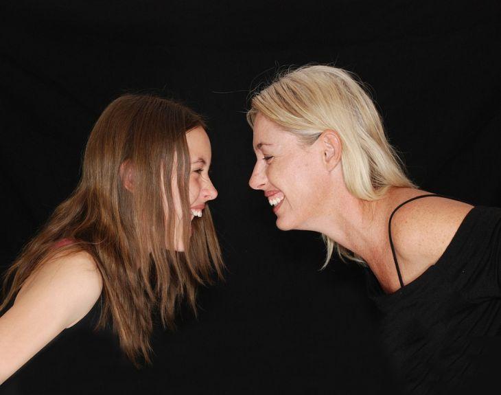 5 колких фраз, которыми матери обижают взрослых дочерей