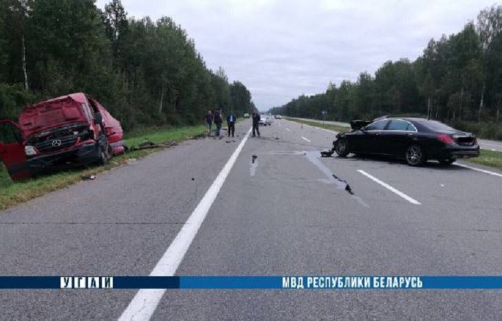 Страшное ДТП под Смолевичами: «Мерседес» влетел в микроавтобус